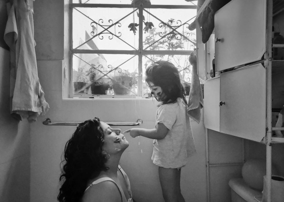Retratar desde la empatía: Alejandra Leyva, fotógrafa y madre en constantereconfiguración